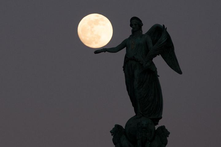 Der Mond ist am 19. Februar besonders groß und hell zu sehen. Diese Aufnahme entstand am 18. Februar in Stuttgart.
