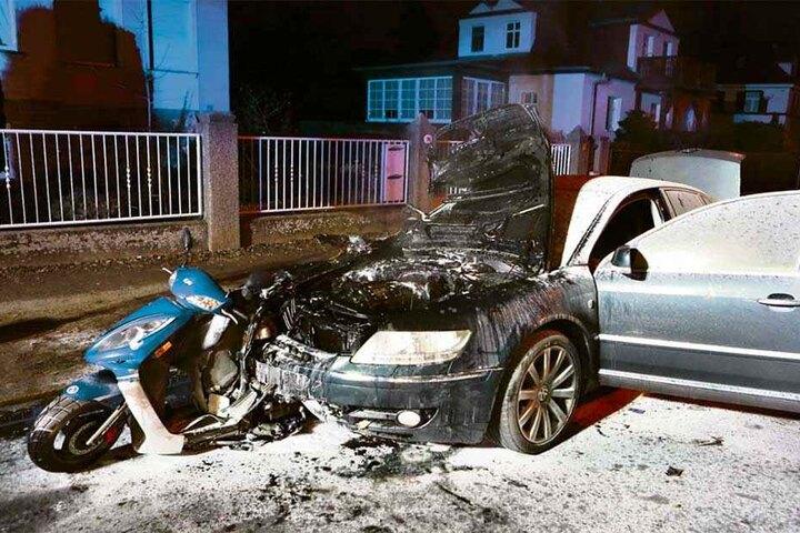 Grausiges Bild am Unfallort: Das Moped steckt verkeilt in der Front des VW Phaeton. Die Feuerwehr löschte die brennenden Fahrzeuge.