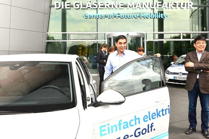 Der chinesische Sozialminister Zhang Jinan (61) düste mit dem E-Golf durch Dresden
