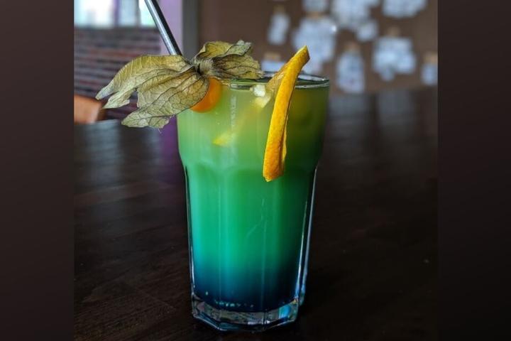 """Wollt Ihr eine alkoholhaltige Variante aus dem """"Spring Paradise"""" machen, könnt Ihr den Mandelsirup einfach durch Amaretto-Likör austauschen."""