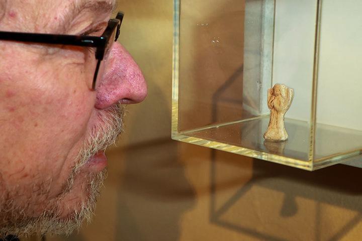 Der zweite Vorsitzende des Fördervereins, Bernd Wagner, bewundert die knapp fünf Zentimeter große Figur.