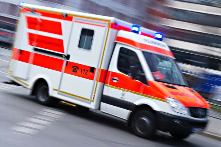 Der Fahrer (54) kam ins Krankenhaus. (Symbolbild)