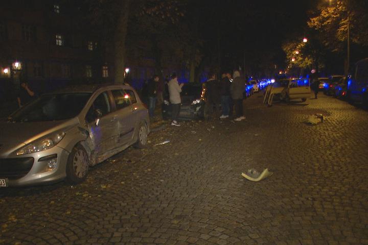 Drei geparkte Autos wurden bei der Unfallfahrt beschädigt.