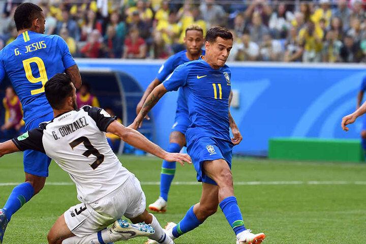 Philippe Coutinho (Rückennummer 11) trifft mit der Fußspitze zum Siegtor für Brasilien.