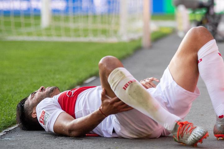 VfB-Stürmer nach einem Foul in der Partie gegen Aue am Boden: Nicolas Gonzalez.