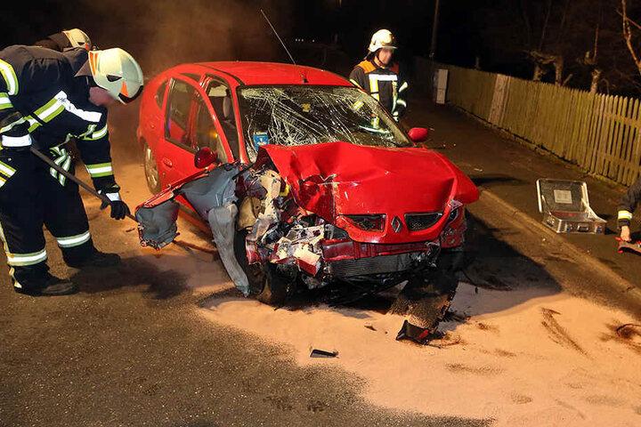 Der Renault wurde bei dem Unfall stark demoliert. Die Polizei streute Bindemittel gegen die auslaufenden Betriebsmittel.