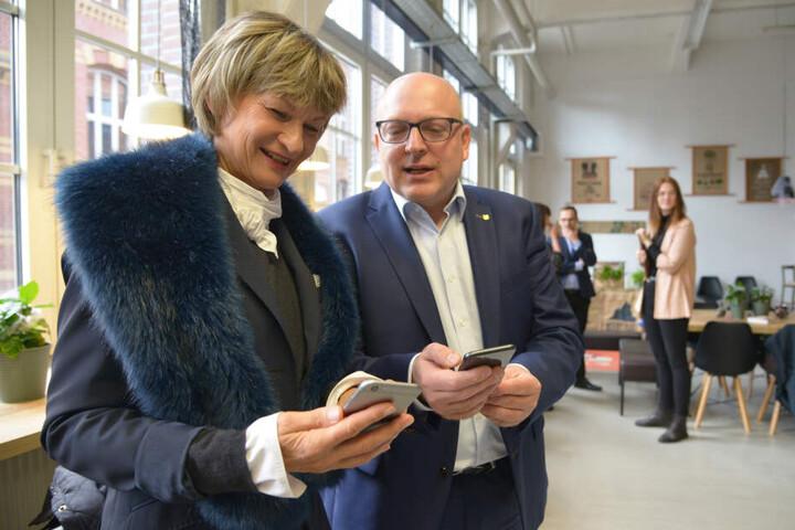 OB Barbara Ludwig (57, SPD) und Bürgermeister Sven Schulze (47, SPD) schauen, was es Neues auf der Mitarbeiter-App gibt.