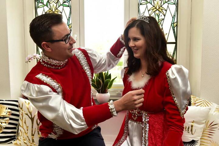 Prinz Markus richtet seiner geliebten Prinzessin Luise I. das Diadem. In dieser Saison sind die beiden das einzige Prinzenpaar in Chemnitz.