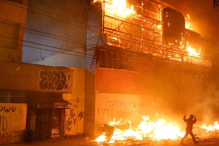 Bei Unruhen in der chilenischen Hauptstadt Santiago sind drei Menschen ums Leben gekommen.
