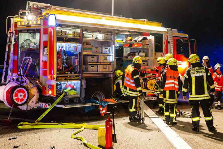 Das Foto zeigt Einsatzkräfte der Feuerwehr an der Unfallstelle auf der A3.