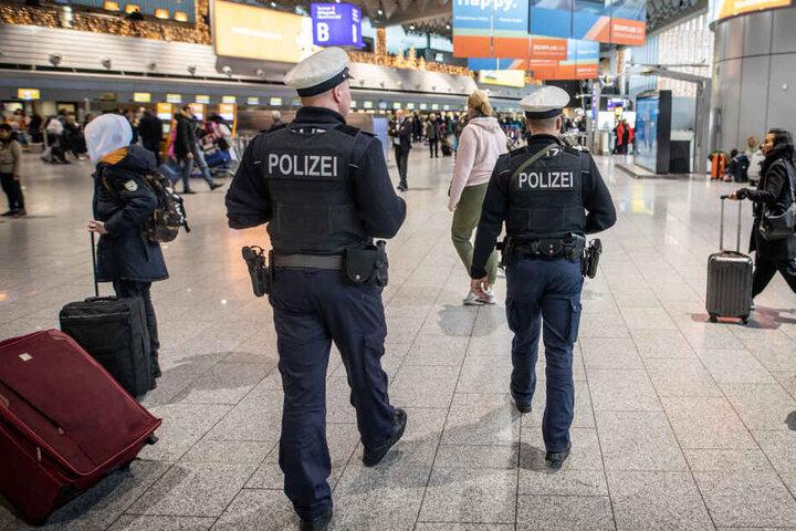Bundespolizisten sind unter anderem für die Sicherheit an Bahnhöfen und Flughäfen zuständig. Hier zu sehen: Beamte am Flughafen Frankfurt. (Symbolbild)