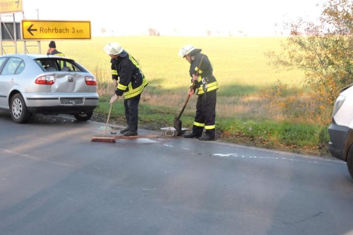 Die Kameraden der Freiwilligen Feuerwehr Otterwisch kamen zum Einsatz, um auslaufende Betriebsstoffe zu binden.