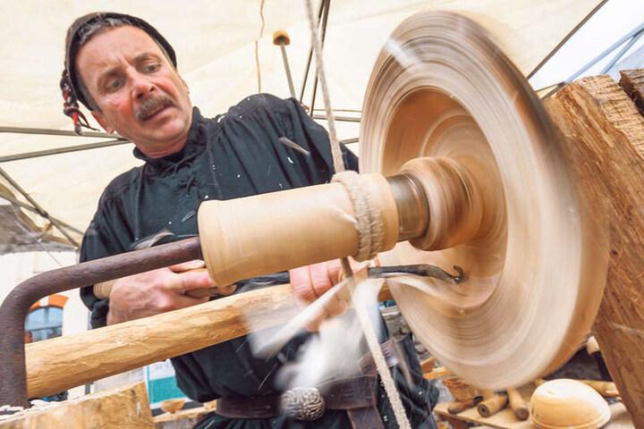 Steffen Laudel (50) aus Plauen drechselt wie im Mittelalter auf einer Holzdrechselbank.