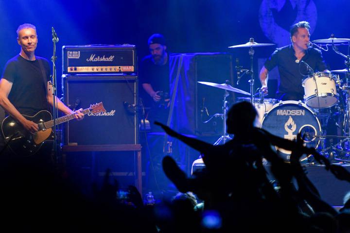 """Die Band """"Die Ärzte"""", mit Gitarrist Farin Urlaub (l) und Schlagzeuger Bela B. (r) steht beim Open-Air-Musikfestivals """"Jamel rockt den Förster - Rock gegen Rechts"""" auf der Bühne. (Archivbild)"""