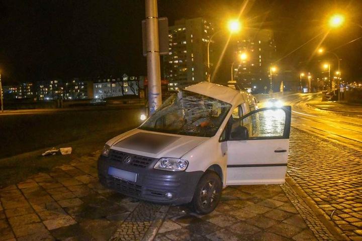 Dabei wurde die komplette rechte Fahrerseite eines VW Caddy eingedrückt.