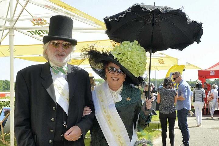 """Christine Riegel kam in """"großem Staat"""" und mit Ehemann Burkhard. Die Stadtführerin gewann den Hutwettbewerb."""