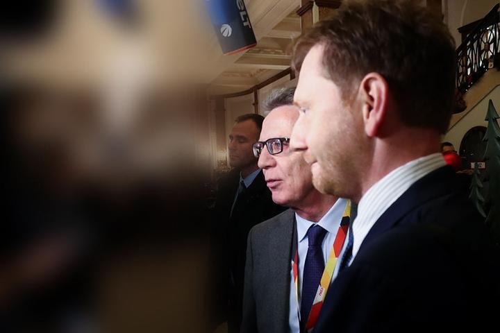 Michael Kretschmer, Ministerpräsident von Sachsen, und Thomas de Maiziere (CDU), ehemaliger Bundesinnenminister, am Freitag vor dem Beginn des CDU-Bundesparteitags in Hamburg.