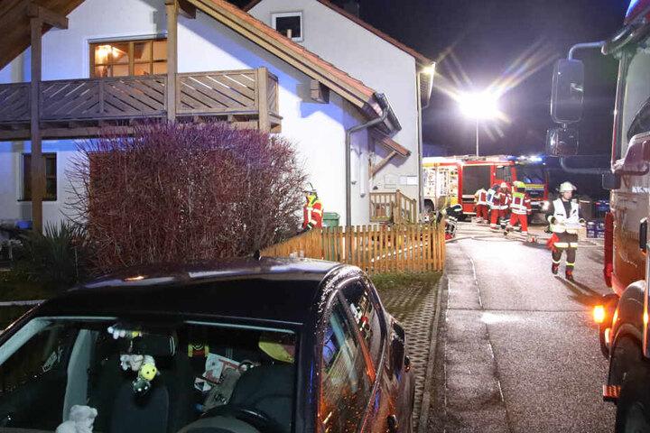 Ein 69-jähriger Mann konnte mit schwersten Verletzungen von der Feuerwehr aus dem Keller geborgen werden.
