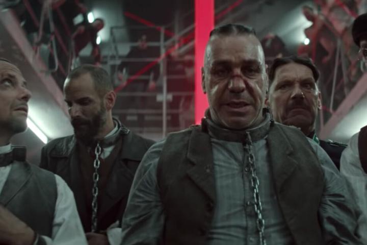 Die Band Rammstein macht sich in ihrem neuen Video selbst zu Opfern und Tätern.