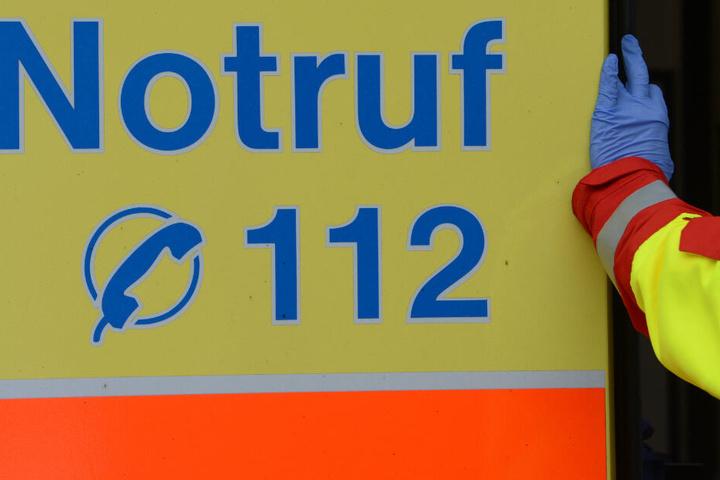 Rettungskräften versorgten das lebensbedrohlich verletzte Kind nach dem Unfall am Samstagnachmittag zunächst vor Ort. (Symbolbild)
