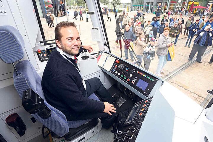 Ronny Preußler (38) durfte gestern die erste Bahn nach Burgstädt fahren.