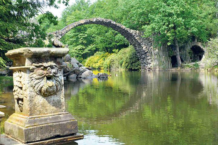 Schätzungsweise eine Million Euro sind für die Sanierung der malerischen Rakotzbrücke im Kromlauer Park nahe Görlitz vonnöten.