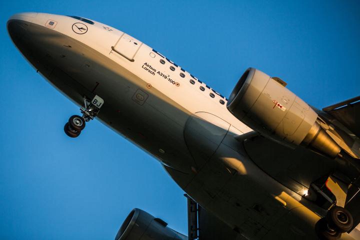 Der Abflug einer Lufthansa-Maschine des Typs Airbus A319 wurde wegen eines kleinen Defekts verschoben. (Symbolbild)