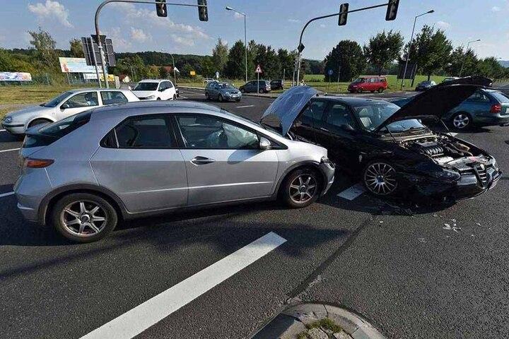 Beide Fahrzeuge mussten abgeschleppt werden.