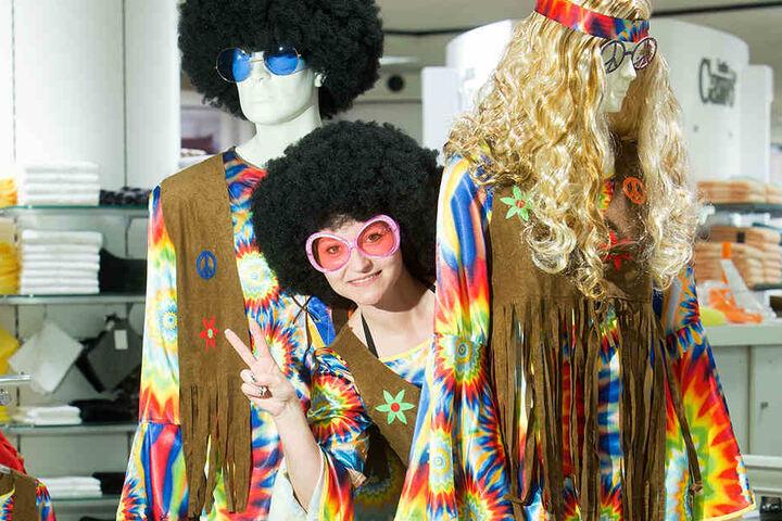 Peace! Als Hippie ist Kaufhof-Mitarbeiterin Mandy Lesch (35) sofort in  Feierlaune.