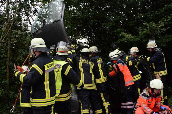Hier klappen die Feuerwehrmänner das Dach des BMWs um, um an die Schwerverletzte zu gelangen.