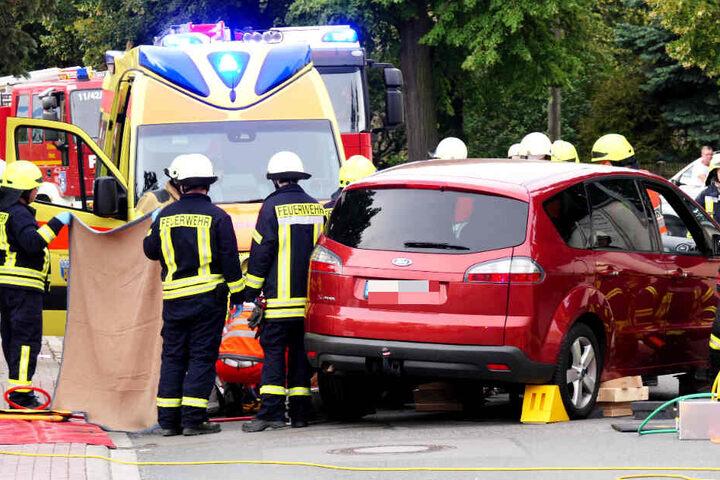 Einsatzkräfte der Feuerwehr befreiten die Frau. Sie wurde schwer verletzt.