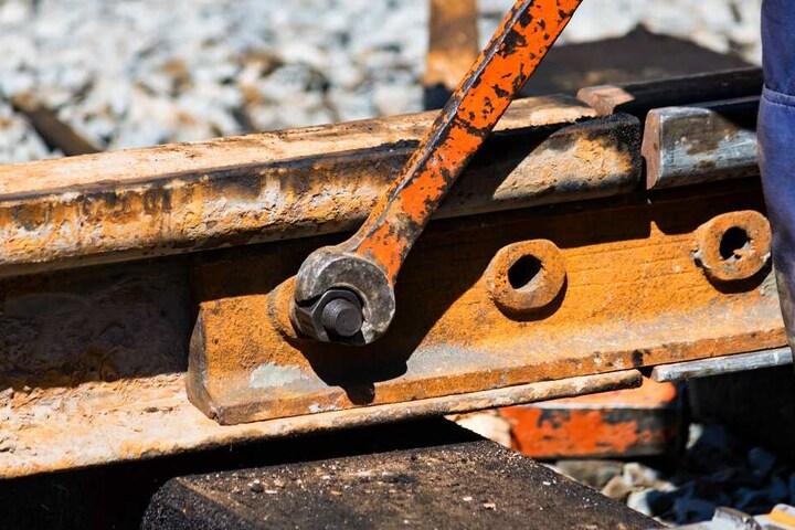 MoBiel-Mitarbeiter reparieren die kaputte Schiene. (Symbolbild)