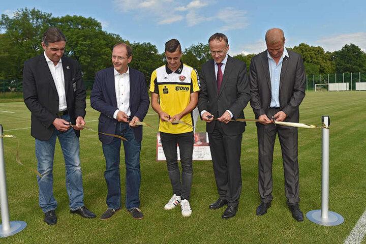 Im Juni weihte Dynamo-Boss Ralf Minge (l.) u.a. zusammen mit Ulbig (2.v.l.) den neuen Rasenplatz der Nachwuchsakademie ein.