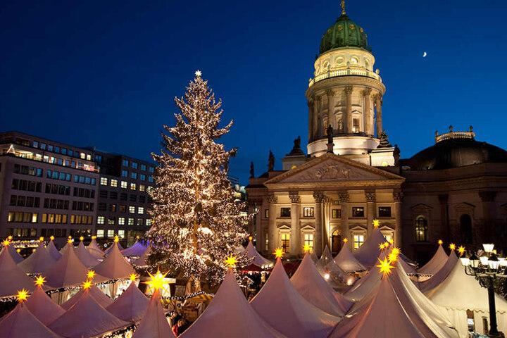 Bei Nacht entfalten der Weihnachtsmarkt seinen ganzen Zauber.