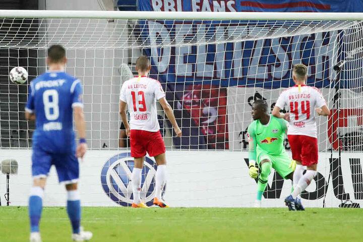 Da kann Torhüter Yvon Mvogo nur hinterschauen: Das Gegentor zum 1:3 fiel in der 3. Minute der Nachspielzeit.