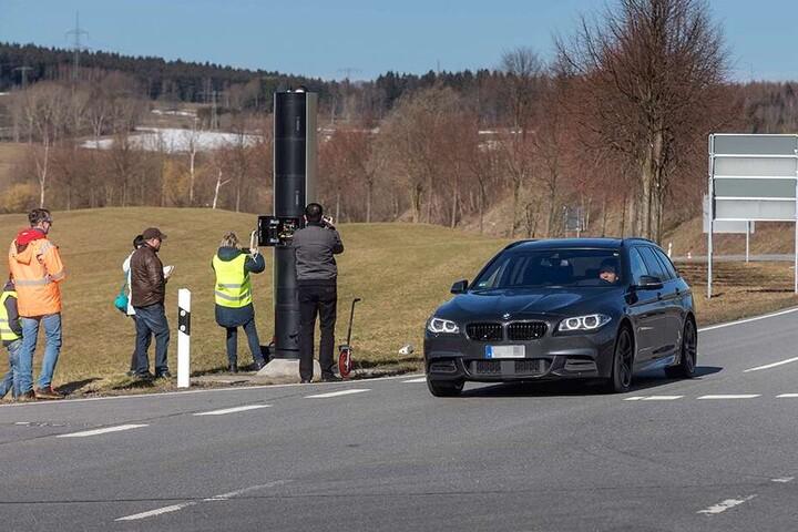 Ortstermin des Amtsgerichts: Ein BMW musste mit Vollgas am Blitzer vorbeifahren.