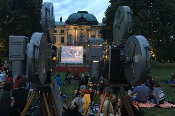 Ein bisschen wie Inception: Film schauen vor filmischem Hintergrund