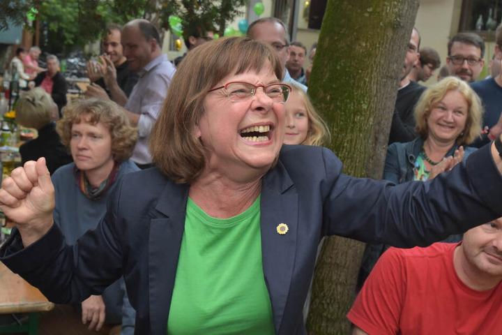 Ursula Nonnemacher (l), Spitzenkandidatin von Bündnis90/Die Grünen für die Landtagswahl in Brandenburg, freut sich am 14.09.2014 nach der ersten Prognose auf einer Wahlparty ihrer Partei in Potsdam (Brandenburg). (Archivbild)