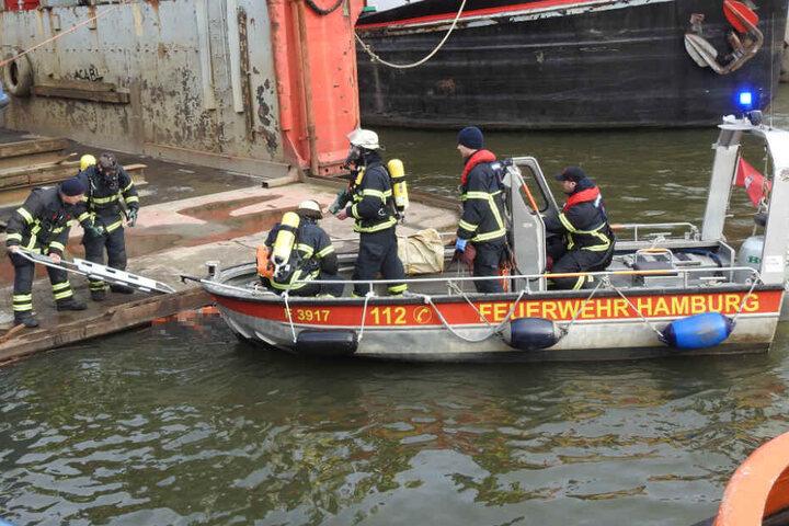 Rettungskräfte bergen die Leiche aus dem Wasser der Norderelbe.