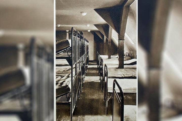 Historische Aufnahme: Im großen Schlafsaal der Jugendherberge Klingenthal standen einstmals Stockbetten aus Metall dicht an dicht.