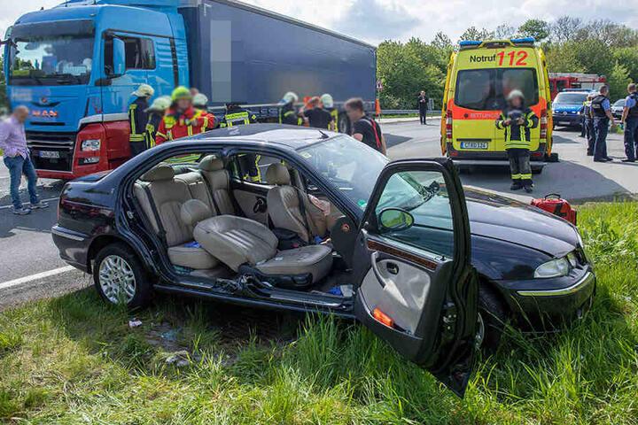 Durch den heftigen Aufprall wurde der Fahrer des Autos in seinem Fahrzeug eingeklemmt und musste von der Feuerwehr befreit werden.