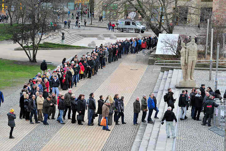 Lange Schlange vor der Stadthalle: Zum Asylgipfel kamen 1200 Chemnitzer.