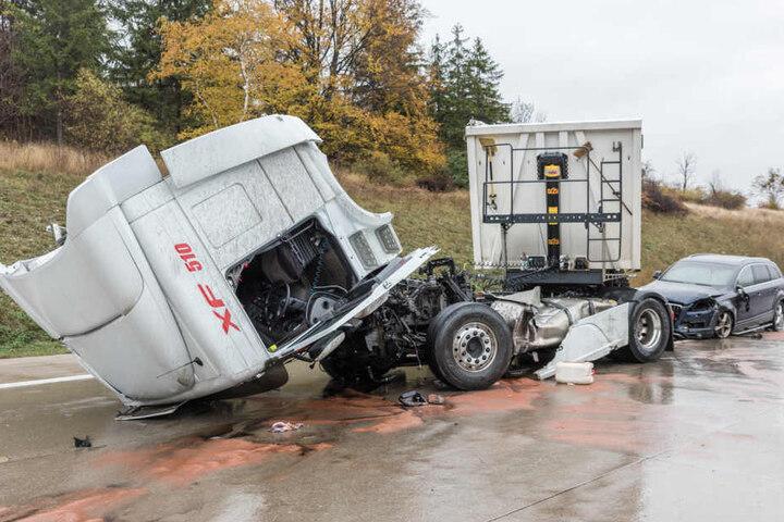 Der Fahrer des Audi konnte nicht mehr rechtzeitig bremsen und krachte in den Sattelzug.
