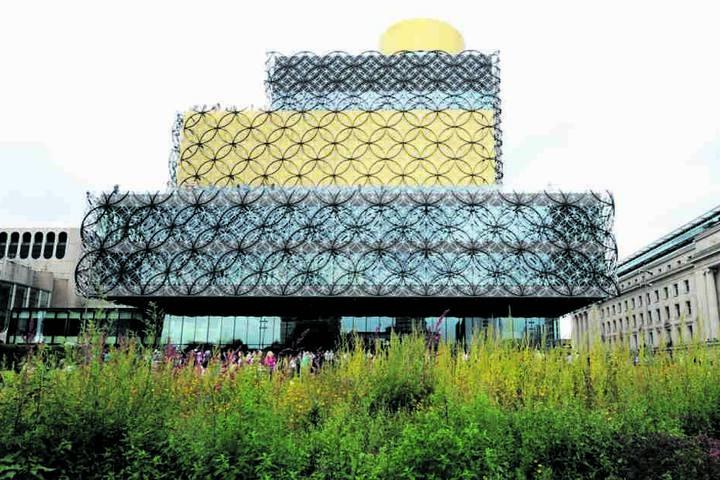 Hingucker: Die Fassade der Bibliothek von Birmingham besteht aus 16000 Teilen  - und wurde komplett in Limbach-Oberfrohna oberflächen-veredelt.