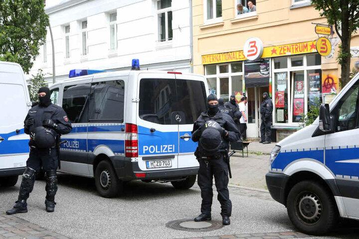 Polizisten sichern am Samstagmittag eine Razzia in einem linken Vereinsheim.