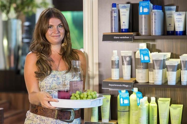 Friseurmeisterin Peggy Schmidt (35) bewirtet ihre Kunden bei der Hitze mit kühlen Getränken, Obst und Eis.