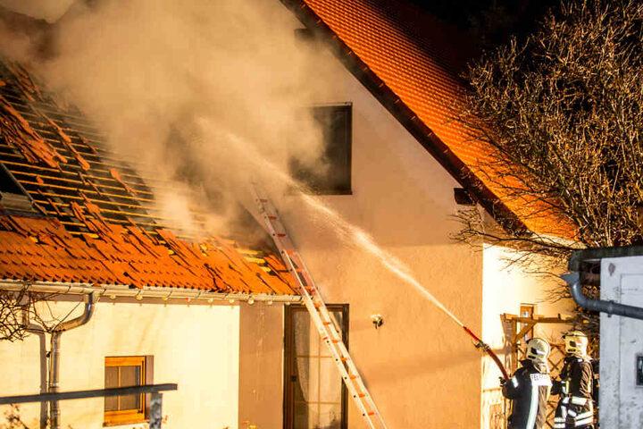 Die Garage brannte zwar ab, ein Übergreifen der Flammen auf das angrenzende Wohnhaus wurde aber verhindert.