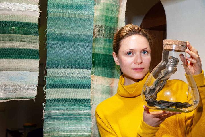 Juni Neyenhuys (21) fertigt aus Algen Garn, welches sie zu kunstvollen Stoffen verwebt.
