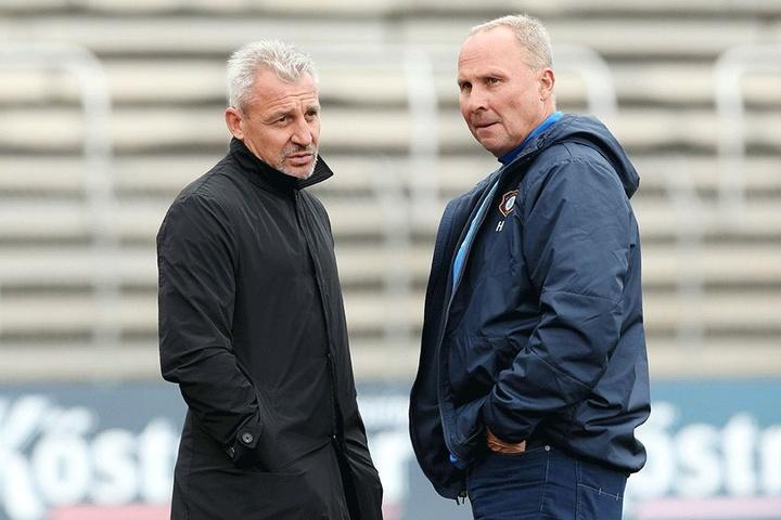 Noch gibt es für Aue-Biss Helge Leonhardt (re.) keine Diskussion um seinen Trainer Pavel Dotchev (li.).
