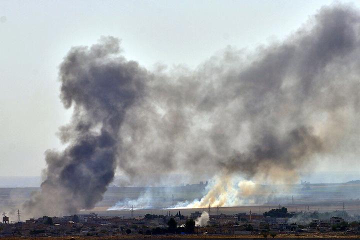 Rauch steigt in der nordsyrischen Stadt Ras al-Ain während eines Angriffs der Türkischen Armee auf.
